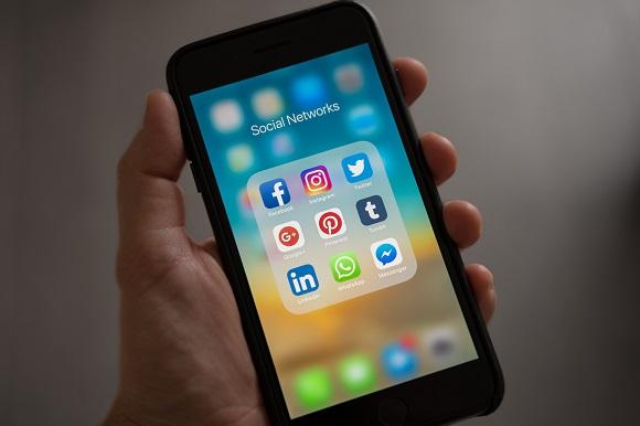 Iphone con Social Media Tab